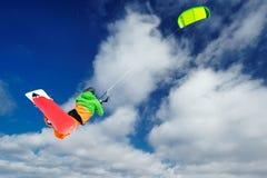 Lo sportivo su uno snowboard esegue l'aquilone Immagine Stock Libera da Diritti