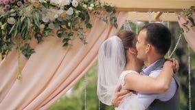 Lo sposo abbraccia e bacia caro dopo cerimonia di nozze video d archivio