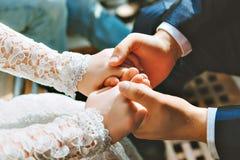 Lo sposo abbraccia la sposa Immagini Stock Libere da Diritti