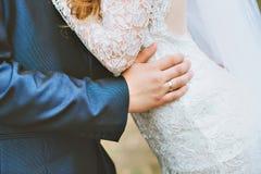 Lo sposo abbraccia la sposa Immagine Stock
