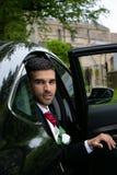 Lo sposo arriva in macchina alla chiesa del villaggio sul suo giorno delle nozze fotografie stock libere da diritti