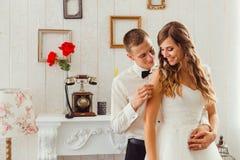 Lo sposo attraente tocca il bride& x27; spalla di s fotografia stock libera da diritti