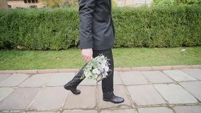 Lo sposo con il mazzo a disposizione va video d archivio