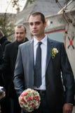 Lo sposo con il migliore uomo ed i groomsmen vanno alla sposa a nozze Fotografie Stock Libere da Diritti