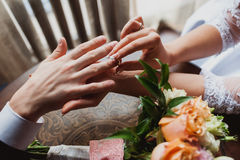 Lo sposo della sposa indossa l'anello Cerimonia di cerimonia nuziale Immagine Stock