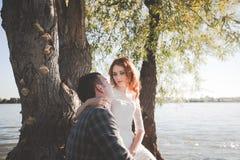 Lo sposo e la sposa sulla sponda del fiume Fotografia Stock
