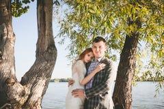 Lo sposo e la sposa sulla sponda del fiume Fotografia Stock Libera da Diritti