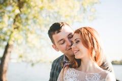 Lo sposo e la sposa sulla sponda del fiume Fotografie Stock