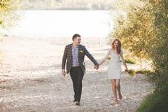 Lo sposo e la sposa sulla sponda del fiume Immagini Stock