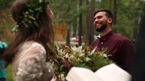 Lo sposo felice ammira vedere la sposa archivi video
