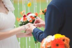 Lo sposo ha messo l'anello sulla mano della sposa Fotografie Stock
