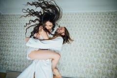 Lo sposo lancia il divertimento della sposa fotografie stock