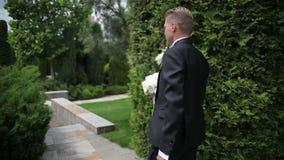 Lo sposo sta andando alla cerimonia di nozze archivi video
