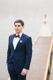 Lo sposo sta la sposa vicina del lago che sta sul pilastro Fotografia Stock Libera da Diritti