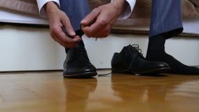 Lo sposo sta vestendosi per le nozze Accessori per la sposa, rivestimento, scarpe, gemelli Un giovane governato si è vestito archivi video