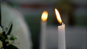 Lo sposo tiene una candela nella chiesa Cerimonia di nozze di Cristianità La macchina fotografica mette a fuoco uniformemente da  archivi video
