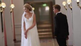 Lo sposo viene alla sposa in palazzo stock footage