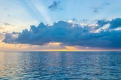 Lo sprazzo di sole epico ed i cieli variopinti come i soli provoca la costa dell'isola dei Caraibi tropicale fotografie stock