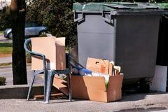 Lo spreco ha andato accanto al contenitore dell'immondizia sulla via Immagini Stock Libere da Diritti