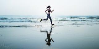 Lo sprint di sport della sabbia di mare di funzionamento si rilassa il concetto della spiaggia di esercizio immagini stock