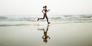 Lo sprint di sport della sabbia di mare di funzionamento si rilassa il concetto della spiaggia di esercizio fotografie stock
