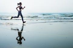 Lo sprint di sport della sabbia di mare di funzionamento si rilassa il concetto della spiaggia di esercizio fotografia stock libera da diritti