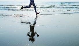 Lo sprint di sport della sabbia di mare di funzionamento si rilassa il concetto della spiaggia di esercizio fotografia stock