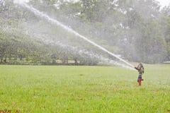 Lo spruzzatore d'innaffiatura dell'attrezzatura di giardino annaffia per le piante di irrigazione Fotografia Stock Libera da Diritti