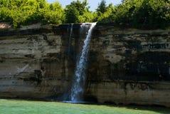 Lo spruzzo cade sul lago Superiore nel cittadino rappresentato Lakeshor delle rocce Immagine Stock