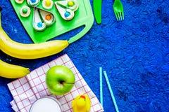 Lo spuntino di Fuit per clildren Panini divertenti, frutti e latte sul copyspace blu di vista superiore del fondo della tavola Fotografie Stock Libere da Diritti