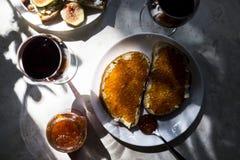Lo spuntino squisito con il caviale rosso ed il buongustaio wine Immagine Stock Libera da Diritti