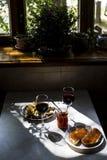 Lo spuntino squisito con il caviale rosso ed il buongustaio wine Immagini Stock Libere da Diritti