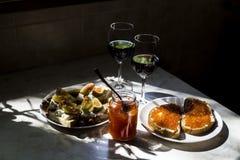 Lo spuntino squisito con il caviale rosso ed il buongustaio wine Immagini Stock