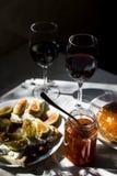 Lo spuntino squisito con il caviale rosso ed il buongustaio wine Fotografia Stock Libera da Diritti