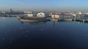 Lo sputo dell'isola di Vasilievsky San Pietroburgo, video aereo della Russia video d archivio
