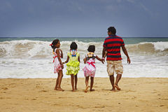 Lo Sri Lanka: Famiglia dello Sri Lanka dalla spiaggia immagine stock libera da diritti