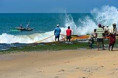 Lo Sri Lanka, il 14 novembre: I pescatori dell'Oceano Indiano tirano la rete con Immagine Stock
