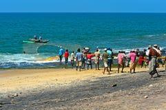 Lo Sri Lanka, il 14 novembre: I pescatori dell'Oceano Indiano tirano la rete con Fotografia Stock