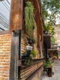 Lo stabile adibito a uffici di caffetteria all'aperto decora con le piante. Fotografia Stock