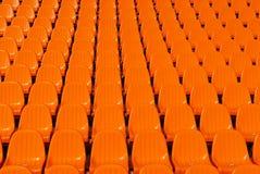 Lo stadio arancione mette la priorità bassa a sedere Immagini Stock