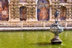 Lo stagno di Mercury nel palazzo reale di alcazar in Siviglia, Spagna fotografia stock libera da diritti