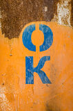 Lo stampino segna la n con lettere GIUSTA una superficie arrugginita Fotografie Stock