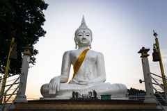 Lo stato bianco di Buddha sul fondo del cielo blu in Tailandia Immagini Stock