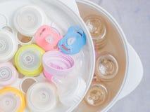 Lo sterilizzatore e l'essiccatore del gruppo sterilizzano gli accessori del bambino Immagini Stock Libere da Diritti