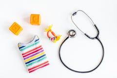 Lo stetoscopio, giocattoli sul ` s dei bambini aggiusta la vista superiore del fondo della scrivania Fotografia Stock Libera da Diritti