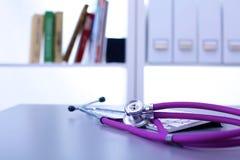 Lo stetoscopio medico si trova nello studio sulla tavola Fotografia Stock
