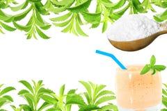 Lo stevia rebaudiana e la polvere verdi freschi dell'estratto in cucchiaio di legno con le bevande vetro e testo copiano lo spazi Immagine Stock