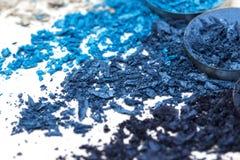 Lo stile artistico ha schiantato l'ombretto in tonalità differenti del blu su fondo bianco Immagini Stock