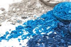 Lo stile artistico ha schiantato l'ombretto in tonalità differenti del blu su fondo bianco Fotografia Stock