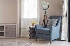 Lo stile blu classico del sofà con i cuscini grigi e la lampada moderna sopra corteggiano immagine stock